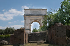 L'arco di Titus Arco di Tito a Roman Forum a Roma immagine stock