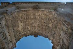 L'arco di Titus Arco di Tito a Roman Forum a Roma fotografia stock libera da diritti