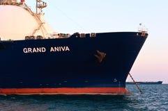 L'arco di un trasportatore di LNG enorme grande Aniva all'ancorato a nelle strade Baia del Nakhodka Mare orientale (del Giappone) fotografie stock