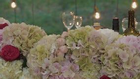 L'arco per le persone appena sposate è decorato con i fiori stock footage