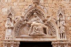 L'arco sopra l'entrata in tempiale cattolico fotografia stock libera da diritti