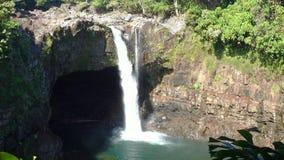 L'arcobaleno cade sulla grande isola delle Hawai video d archivio