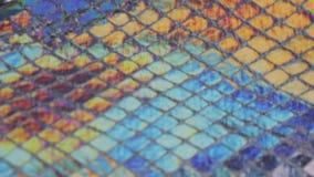 L'arcobaleno cambiante muoventesi di colore del tessuto luminoso iridescente del fondo increspa la riflessione riflettente lumino stock footage