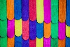 L'arcobaleno colora il primo piano di legno immagine stock