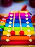 L'arcobaleno Colourful ha colorato lo xilofono di legno sparato nella profondità bassa se campo fotografie stock