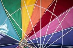 L'arcobaleno ha colorato l'ombrello, mostrante l'interno del parasole immagine stock libera da diritti