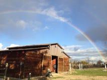 L'arcobaleno si piega il granaio Immagini Stock