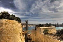 L'area del porto della città di La Valletta a Malta nei precedenti e la tomaia Baraka fanno il giardinaggio nella priorità alta Fotografia Stock Libera da Diritti