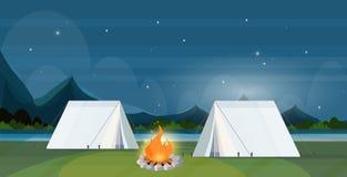 L'area di campeggio della tenda con le montagne di concetto di vacanza di viaggio del campeggio estivo del campeggio di notte del illustrazione di stock