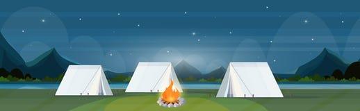L'area di campeggio della tenda con le montagne di concetto di vacanza di viaggio del campeggio estivo del campeggio di notte del royalty illustrazione gratis