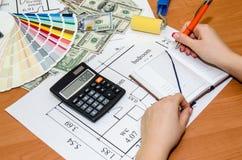 L'area di lavoro dell'architetto durante il lavoro con i campioni tecnici di colore e del disegno, dollaro, blocco note Immagine Stock
