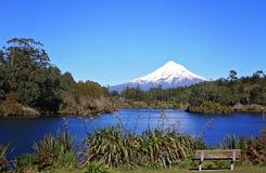L'area di riposo splendida con la vista del lago e della neve ha ricoperto la montagna immagini stock libere da diritti