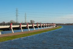 L'area sommersa causata da alta marea livella nel fiume adiacente Fotografia Stock Libera da Diritti