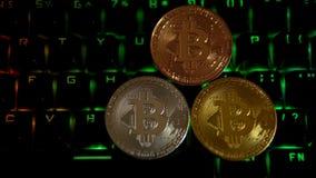 L'or, argent, bronze, bitcoin invente sur le fond d'un clavier de clignotant clips vidéos
