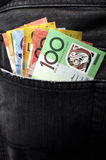 L'argent dans des jeans soutiennent la poche - verticale. Photographie stock libre de droits