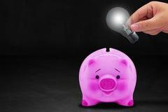 l'argent de fixation d'énergie de concept d'ampoule sauvegardent des jeunes de femme Images stock