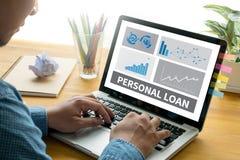 L'argent de PRÊT PERSONNEL avec des employés de banque approuvent le contrat Photos libres de droits