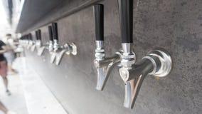 L'argent de robinets de bière shinny la poignée noire, prête à verser, image libre de droits