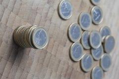 L'argent européen un euro invente sur un fond en bois Photo libre de droits