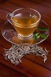 L'argent incline le thé sur une table en bois image stock