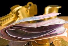 L'argent invente, les billets, clés sur un fond noir Images libres de droits