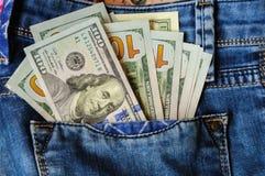 L'argent liquide pour un repos dans des jeans empochent Images stock