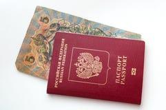 L'argent russe le plus ancien dans le passeport russe sur un fond blanc photos stock