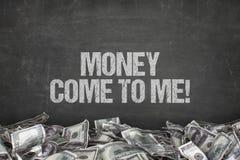 L'argent viennent à moi texte sur le fond noir Photo stock