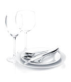 L'argenteria o le posate ha messo sopra i piatti ed i vetri di vino Fotografia Stock