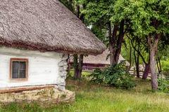 L'argile de paysage et la hutte en bois ont couvert l'Ukrainien de chaume Photographie stock libre de droits