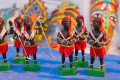 L'argilla ha fatto le bambole tribali, artigianato di terracotta su esposizione Fotografia Stock