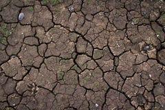 L'argilla incrinata ha frantumato nel periodo di siccità Immagine Stock