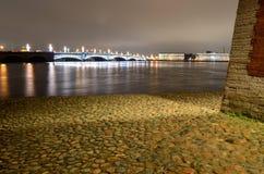 L'argine del fiume è allineato con i ciottoli Fotografia Stock Libera da Diritti