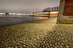 L'argine del fiume è allineato con i ciottoli Fotografia Stock