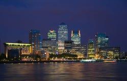 L'aria d'affaires et d'opérations bancaires de Canary Wharf et la première nuit s'allume, Londres Images stock