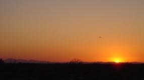 L'Arizona frottent baigné dans le coucher du soleil jaune-orange Image libre de droits