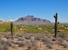 L'Arizona, jonction d'Apache : Ville d'Adobe aux collines des montagnes de superstition photographie stock libre de droits