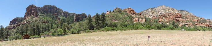 L'Arizona, parco della roccia dello scorrevole, vista di A delle montagne che circondano il parco di stato della roccia dello sco immagine stock