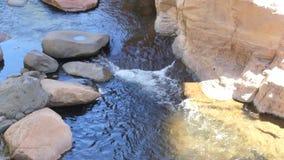 L'Arizona, roche de glissière, vue étroite d'A de la rapide sur la crique de chêne sous le pont de roche de glissière banque de vidéos