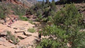 L'Arizona, roche de glissière, vue d'A des personnes entrant dans la région de roche de glissière sur la crique de chêne banque de vidéos