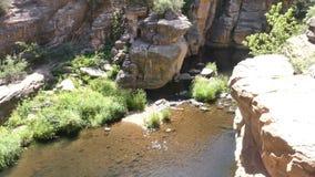 L'Arizona, roche de glissière, vue d'A d'une partie calme de crique de chêne avec les murs grands de roche clips vidéos