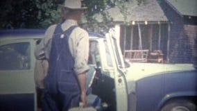 L'ARKANSAS, ETATS-UNIS - 1966 : Les gens laissant la famille cultivent et se sont dirigés de nouveau dans la ville banque de vidéos
