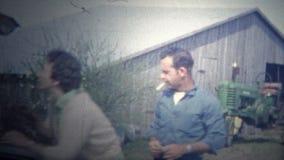 L'ARKANSAS, U.S.A. - 1965: Famiglia che lascia azienda agricola alla testa di nuovo alla città dopo un soggiorno lungo stock footage