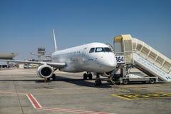 L'Arkia - lignes aériennes israéliennes Embraer ERJ-190 à Ben-Gurion Airp Image stock
