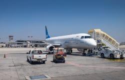 L'Arkia - lignes aériennes israéliennes Embraer ERJ-190 à Ben-Gurion Airp Photos libres de droits