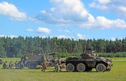L'armée américain Attaquant avec les véhicules blindés Image libre de droits