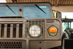 L'armée américaine Hummer outre de la voiture de route à la lumière de jour Image libre de droits