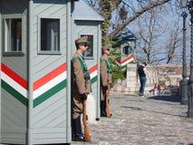 L'armée hongroise garde wathcing formellement Sandor Palace, le château présidentiel de la Hongrie, pendant un après-midi chaud Photo stock