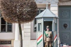 L'armée hongroise garde wathcing formellement Sandor Palace, le château présidentiel de la Hongrie, pendant un après-midi chaud Image stock