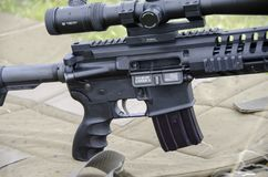 L'arma automatica caricata con il ` Dio dell'iscrizione e delle munizioni benedice il ` dell'America fotografia stock libera da diritti